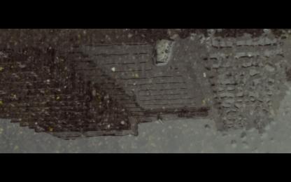 越成工業大廈的雨中倒影。